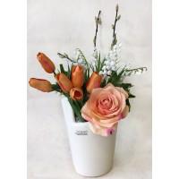 Весенняя композиция с оранжевыми тюльпанами