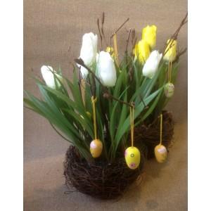 Тюльпаны в гнезде с пасхальными яйцами