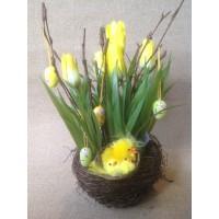 Тюльпаны в гнезде с цыплятами и пасхальными яйцами