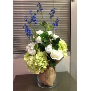"""Композиция """"Весна""""(без стоимости вазы). Дизайнерское решение представления букета. В состав входят: дикий дельфиниум, белые розы, зеленая гортензия."""