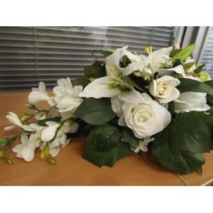 Композиция из искусственных цветов в белом