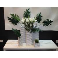 Композиция с декоративными листьями и лилиями