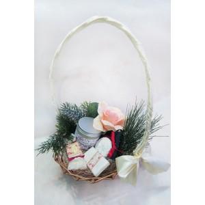 Корпоративный подарок на Новый год 2018 в кремовом цвете. В красиво украшенной корзине есть все, что хотелось бы подарить на Новый год. Новинки рынка - натуральная косметика ручной работы (универсальный бальзам для тела, мыло и шипучка коллекции Ренессанс