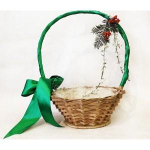 Подарочная корзина на Новый год 2018 в зеленом цвете без наполнения. Спиртное, сладости, любые сувениры будут смотреться более празднично и нарядно.