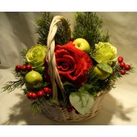 Композиция Розы в новогодней корзине