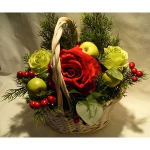 """Композиция """"Розы в новогодней корзине"""""""