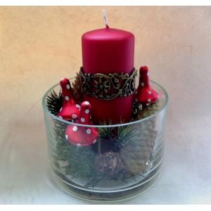 <p>Композиция в стекляной вазе может быть украшением любого помещения, предмета интерьера. В ней красиво смотрится декоративная красная свеча, яркие новогодние мухоморчики и кедровые кустики с ягодами и шишками</p>