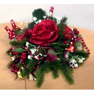 Новогодняя композиция придает оптимизм и настроение. Рождественский сосновый полушар, украшенный красными ягодами, мухоморами, красными розочками, бусами будет прекрасным украшением как праздничного стола, так и украшением подарочной Новогодней корзины.