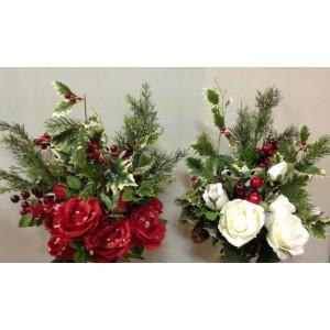 Новогодний букетик с белыми или красными розами, ветками кедра, паддуба пестролистного будет прекрасно смотреться в Вашей вазе на столе. Рождественская композиция превосходно украсит праздничный стол, будет подарком на Новый год
