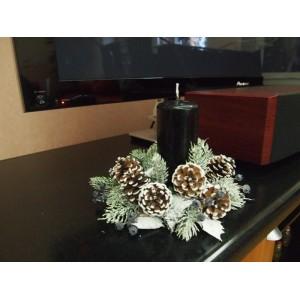 Пример оформления гостинной зоны. Рождественский заснеженный венок 25 см с черными ягодами со свечой стильно смотрится на стойке под телевизор