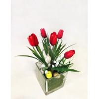 Пасхальная композиция в стекле с красными тюльпанами