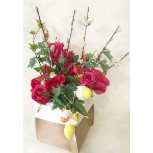 Упаковка B@P (Италия). Цветы выполнены из шелка, производство Голландия. Веточки ивы с кустовыми красными розами и плющем могут радовать Вас не только на Пасху.