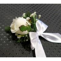 Новогоднее украшение подарочной упаковки (коробки)-белая роза с веточкой хвои и белым бантом