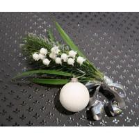 Новогоднее украшение подарочной упаковки (коробки)-веточка кедра с белым елочным шариком и ландышем
