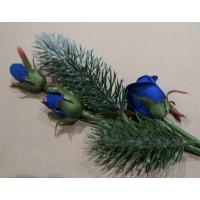 Новогоднее украшение подарочной упаковки (коробки)-веточка кедра с синими розами