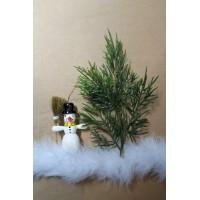 Новогоднее украшение подарочной упаковки (коробки) - снеговичок под елочкой на снегу