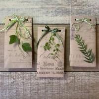 Бумажный упаковочный пакет с зелеными растениями и лентой